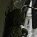 Надо собрать капающую воду в ковшик и полить статую Дзидзо. И помолиться, конечно
