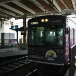 Это наш локальный микро-поезд, идущий почти от нашего дома на Арасияму. Удобно. По случаю сезона цветения сакуры, поезд удлиннили ровно в два раза: прицепили второй вагон. И оба два были битком