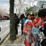 """Тут я посмотрела на это семейство и вспомнила, что в апреле в храме Хорин-дзи 法輪寺 проходит """"Дзю сан сай маири"""" 十三参り - специальное посещение храма 13-летними. Традиция, говорят, древняя-предревняя. Еще с тех времен, когда в 13 лет человек считался взрослым. А в наше инфантильное время это осталось уже как """"подготовка"""" к празднованию совершеннолетия семь лет спустя. Девочки и мальчики, красиво принаряженные, приходят вместе с родителями в храм Хорин-дзи, помолиться о защите почти взрослых детей от несчастий и даровании им ума. Для подростков очень актуально. Этих красиво принаряженных мы видели довольно много. Кое-кого я попыталась сфотографировать"""