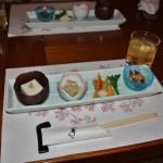 Закуски. Слева направо: кунжутный тофу, курятина с капустой под каким-то хитрым соусом, маринованно-соленые овощи местного производства, хотару-ика (светлячковые кальмары) под соусом из мисо. Пили умэсю (сливовый ликер)