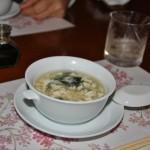 Супчик. Тофу, вакамэ, крупная ракушка на дне и, кажется, какая-то рыба нейтрального вкуса
