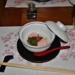 """Едово. На дне плошки лежит имитация сезонной сладости """"сакура-моти"""". Но это именно имитация, из вязкого риса и белой рыбы. Общего со сладостью только маринованные листик сакуры и ее же цветочек. Залито солоноватым соусом. Несколько неожиданно (поскольку от такой точной внешне имитации ждешь вполне конкретного вкуса), но вкусно"""