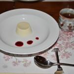 Десерт. Типа суфле из белого шоколада и малиновый джем. С ячменным чаем