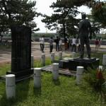 Памятник находится в дальнем, юго-западном углу парка, почти на набережной. Это с тыльной стороны, я подходила из центра парка