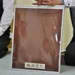 """Для начала важное замечание. Не путайте, пожалуйста: есть """"кАмон"""" 家紋 - семейный герб, и есть """"кОмон"""" 小紋 - способ окрашивания тканей, а также название вида кимоно, сшитого из таких тканей. И это, как вы понимаете, две очень большие разницы. На фото спец по тканям демонстрирует упакованный в рамочку трафарет для эдо-комон и рассказывает про этот тип комона"""