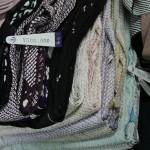 Я вернулась к стопке сибори. Здесь было единственное место, где лежали полуфабрикаты кимоно. В остальных местах - только ткани. Ценники хорошо видно?