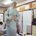 Меряю. Вместе с поясом на мне надето полтора миллиона иен. Хорошая новая машина. И кимоно, и оби - от каких-то очень известных мастеров. Мне сказали имена, но у меня склероз...