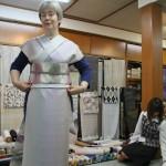 На меня примотали приглянувшуюся мне ткань, слегка придав ей видимость кимоно. И пояс дали с оби-дзимэ. Это вместе не очень дорого: каких-то полмиллиона. На новую машину если и хватит, то только мааааааленькую