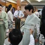 Даме подбирают кимоно со всеми причиндалами