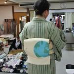 Одна из наших сэнсеев, старшая (по положению). У нее всегда очень интересные ансамбли кимоно. Вот пояс, например, с глобусом и мишкой на Северном полюсе