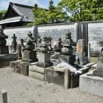 Если помните, меня на этом кладбище интересовала могила японской христианки времен раннего Эдо. Я ее нашла: та, где лежит букет цветов. Местные католики помнят об этой могиле и регулярно навещают ее