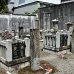Судя по хризантемам на створках, эти могилы тоже принадлежат императорскому дому