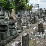 Сторона кладбища ближе к дальней стене. Здесь только старые, полурассыпавшиеся надгробия. Видно, что убирают тут нечасто