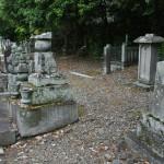 Справа, за самыми последними надгробиями - остатки земляного вала, возведенного Тоётоми Хидэёси в конце XVI века вокруг Столицы для защиты города. Одно из немногих мест в Киото, где этот вал еще заметен