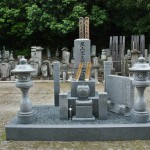 Еще одно совсем новое надгробие прям рядом со входом