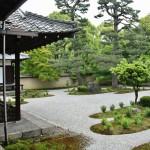 В самом храме устроена выставка из истории храма и его отношений с Мурасаки Сикибу. Там представлены остатки черепицы раннего здания, времен Хэйана, и разные свитки, имеющие отношение к этой части истории храма