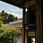 Буддийский колокол в проходе основного здания храма