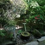 """Хотя в Рёан-дзи все ломятся преимущественно ради известного """"Сада камней"""", в храме есть и другие крайне интересные сокровища. Вот, например, Тисоку-но цукубаи 知足の蹲踞 при чайном павильоне в храме. Сам чайный павильон, сад вокруг него и эта купель для воды были устроены в храме в XVII веке"""