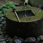 """Само слово """"цукубаи"""" значит """"склоняться"""". Источник воды для чайной церемонии намеренно делается настолько низким, чтоб воды из него можно было набрать, только низко наклонившись. Дабы даже самые титулованные посетители почувствовали, что они не выше всех прочих. По сторонам этого источника выбиты четыре кандзи 五, 隹, 止, 矢. Сами по себе они представляют просто набор иероглифов без всякого общего смысла. Однако, центральная купель имеет форму иероглифа 口, который в свою очередь может быть частью, присоединенной к каждому из четырех прочих. Тогда """"написанное"""" на каменном источнике становится фразой: 吾唯足知 (или в литературном виде - 吾れ唯足るを知る), которую с учетом буддийских поучений можно перевести как """"каждый уже имеет все, в чем нуждается"""". При этом сам источник оформлен в виде китайской монеты. Таким образом написанная на камне мудрость противопоставляется материальному богатству. Такой вот каменный ребус, многие века служивший предметом размышлений и различных трактовок для поколений монахов и прочих, жаждущих истины"""