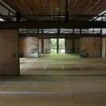 Внутренние помещения храма. По случаю хорошей погоды все распахнуто настежь и посетители могут полюбоваться росписью на раздвижных дверях
