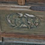 Собако-лев кома-ину на одной из дверей холла