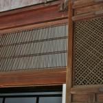 Резные деревянные панели над проходом