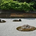 Почему-то я не сняла весь Сад камней. Только эту половину и отдельно все группы камней. Самый загадочный из всех садов камней. Неизвестно ни кто его спроектировал и воплотил, ни когда это произошло. И что вообще все эти каменюки могут значить. Точно известно, что к концу XVIII века сад уже существовал в том виде, в каком мы его можем видеть сейчас. А сейчас мы можем видеть пять групп камней, раскиданных в изящном беспорядке по огороженной площадке, покрытой разровненным мелким гравием. Всего камней 15, но они разложены так, что ни с одной точки, доступной для наблюдения, не видно все одновременно. Предполагается, что только воспарив душой в горние эмпиреи, можно увидеть этот сад сверху и все 15 камней в нем. Вот все века существования храма местные монахи и тренировали себя для воспарения. Теперь этим могут заняться все желающие. У меня не получилось. Я, видимо, недостаточно довольна тем, что уже имею