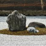 """Одна из групп камней. Представляют ли все эти камни Японские острова, разбросанные в океане, или """"тигрицу, перевозящую на спине своих тигрят через реку"""", или горные вершины, выступающие из облаков, или пять великих буддийских монастырей... Никто не знает. И у автора не спросишь концепцию, даже неизвестно точно, кто был этим автором"""