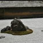Та же группа камней, что и на фото выше, но с другой точки. Здесь видно, как изменяется число камней в зависимости от позиции наблюдателя