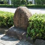 Этот камень стоит на берегу Камо-гавы, тыльной стороной к улице Кавабата-дори. Камнем отмечено место гибели 52 человек, мучеников христианства