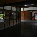 Прямо от входа натыкаешься на мрачную физию Дарумы-Бодхидхармы, одного из патриархов дзен-буддизма. Поскольку храм принадлежит к школе Риндзай-Тэнрю, относящейся как раз к дзен-буддизму, то наличие портрета вполне оправдано. Автором картины является один из настоятелей храма Тэнрю-дзи Сэки Бокуо 関牧翁 (Тэнрю-дзи - головной храмы школы Риндзай)