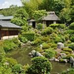 На противоположном от основного здания берегу пруда Фуё-ти на пригорке находится двойной чайный домик Сэйрэнтэй 清漣亭, возведенный восьмым сёгуном Асикага, Ёсимаса, в середине XV века