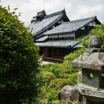 Вид на гостевое здание с верандой от чайного домика