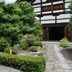 Вход в гостевое здание, вид от внутренних ворот