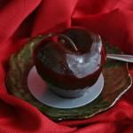 """Мое шоколадное """"яблочко"""". Оказалось """"вишенкой"""": внутри нежнейшее суфле, прослоенное шоколадным бисквитом и вишневым вареньем. Офигительно вкусно и столь же офигительно калорийно. Натуральные продукты, никакого тебе маргарина и подсластителей-разрыхлителей"""