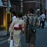 Вообще, народу в юкатах было очень много, процентов 30-40 всех гуляющих. Девушки в юкатах встречались чаще