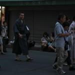 Гайдзинов в юкатах было дикое количество. Включая мужчин. Даже наша школа в этом поучаствовала, объявив на своем сайте массовый разовый урок по надеванию юкат на английском (!) для гостей Киото. Не знаю, правда, насколько эта акция была успешной