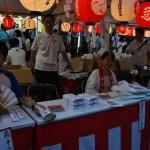 """Сувениры всякие, включая специальный оберег Гион Мацури - """"тимаки"""" (в руке у дядьки слева)"""