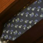 Ну, и до кучи. Увиденное в магазинчике при музее, где мы покупали ящик лапши на текущее лето. Это галстук, шелковый. С вытканными микро-картинками процесса изготовления лапши сомэн