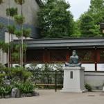 Сам Абэ-но Сэймэй так и сидит перед своим храмом, колокольчиками любуется