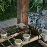 Хранитель вод так и льет чистую воду для омовения рук