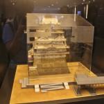 """А это уже в самом музее. Тут представлена модель замка и модель же """"покрышки"""" вокруг него, вместе со смотровой платформой (справа). Такой вот домик в домике"""