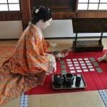 А в самом конце - комната одной из самых известных обитательниц замка - Сэн-химэ. И сама она, играющая в карты со служанкой