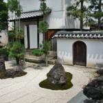 Дальняя сторона сада камней. Справа виден фонарь и высокая купель для воды