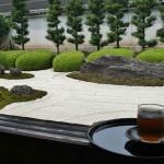 Мое представление о покое и гармонии. Смотрительница принесла мне стакан холодного чая. И сказала, что в этом саду камней живут духи, которые внимательно рассматривают всех посетителей. И могут исполнить желание, если оно очень искреннее и идет из глубины души