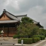 На переднем плане - основное здание храма. А гостевое, с садом камней - справа на заднем плане