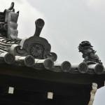 Угол крыши ворот храма