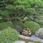 Это уже третий из садов Дзёнан-гу, кажется, Муромати. Слева за кадром имеется чайный домик. А здесь вот фонарь и источник воды