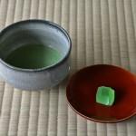 Мы решили выпить зеленого чая с сезонным угощением. В чайном домике за отдельную денежку всем желающим устраивают чайную церемонию. Мы воспользовались тем, что временно оказались там одни и устроили небольшую фотосессию с чаем