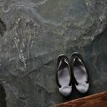 Тапки дожидаются меня около входа. Тут хорошо видно, как они обминаются по ноге, если носить регулярно. Изначально абсолютно одинаковые сейчас уже четко разделились на правый и левый